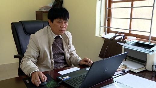 Ông Nông Quốc Bảo Chủ tịch UBND xã Cai Kinh kiểm tra văn bản trên IOFFICE.jpg