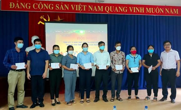 Đại diện Lãnh đạo Hội Nông dân huyện và Ngân hàng CSXH trao sổ tiết kiệm cho các hội viên gửi tiết kiệm_0.jpg