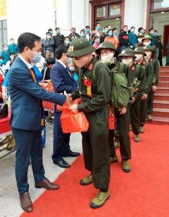 Đồng chí Bùi Quốc Khánh chủ tịch UBND huyện tặng quà cho tân binh trước giờ lên đường.jpg