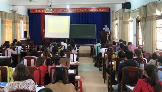 Đồng chí Phạm Công Minh Trưởng Ban Tuyên giáo Giám đốc Trung tâm bồi dưỡng chính trị huyện lên lớp.jpg