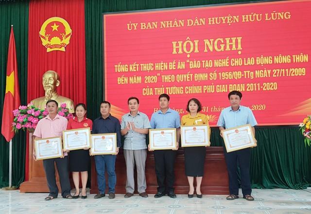 Đồng chí Trần Quốc Phong Phó Chủ tịch UBND huyện, Trưởng Ban chỉ đạo 1956 huyện  trao giấy khen cho các tập thể, cá nhân..jpg