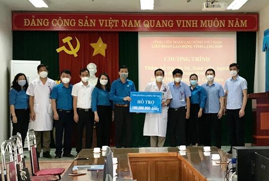 Đ.c Lý Đức Thanh, Chủ tịch LĐLĐ tỉnh trao 100 triệu đồng của Tổng LĐLĐ Việt Nam cho TTYT Hữu Lũng.jpg