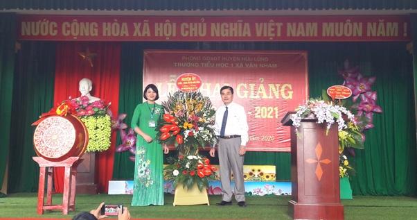 Đ.c Trần Quốc Phong phó chủ tịch UBND huyện dự và tặng hoa chúc mừng các thầy cô giáo trường Tiểu học xã Vân Nham tại Lễ khai giảng.jpg