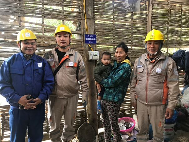 Điện lực gắn biển công trình tri ân khách hàng tại nhà chị Hà Thị Huyền xã YÊn Bình .jpg