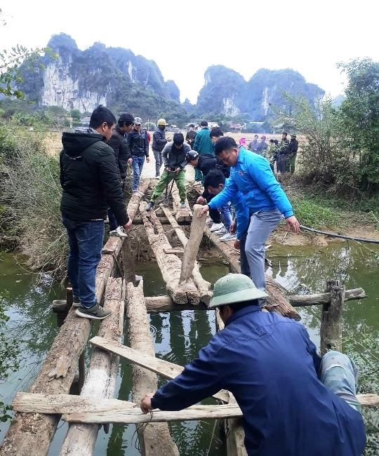 Đon viên TN cụm thi đua số 3 hỗ trợ nhân dân thôn Hạ xã Yên Sơn dỡ cầu tạm_1.jpg