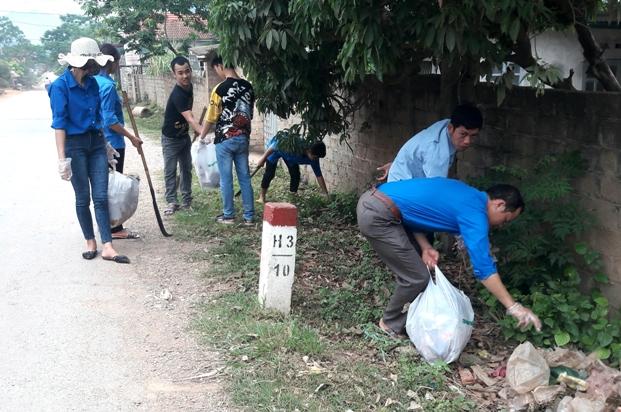 Đoàn viên thanh niên nhặt rác dọn vệ sinh môi trường tại xã Nhật Tiến.jpg