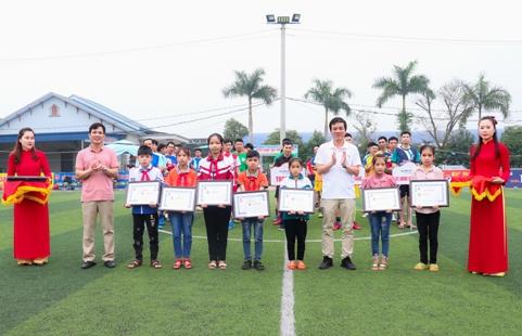 Ban tổ chức trao học bổng cho các em học sinh có hoàn cảnh khó khăn_0.jpg