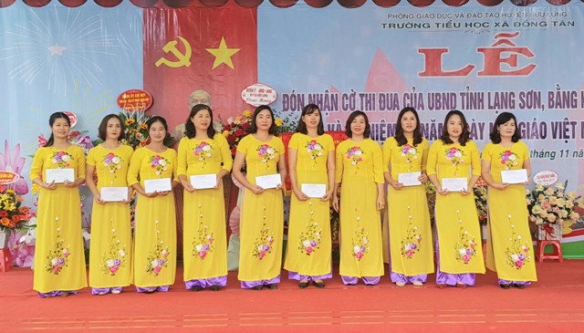 Các cá nhân đạt thành tích cao trong đợt thi đua chào mừng 38 năm ngày nhà giáo Việt Nam (1).jpg