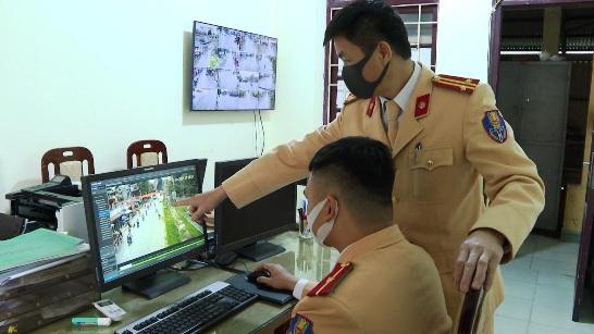 Cán bộ Đội CAGT - TT Công an huyện Hữu Lũng đang quan sát hình ảnh camera tại Trung tâm chỉ huy.jpg