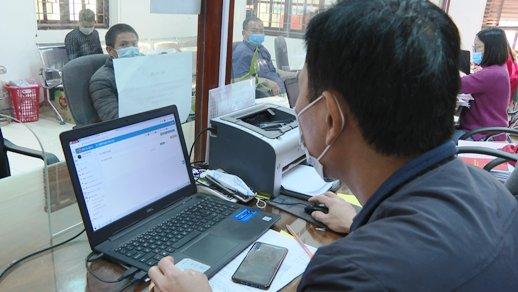 Cán bộ Văn phòng HĐND-UBND huyện thực hiện thủ tục hành chính cho công dân bằng phần mềm.jpg