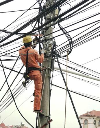 Công nhân điện lực thi công thay mới đường dây hạ áp tại Khu An Ninh, Thị trấn Hữu Lũng.jpg