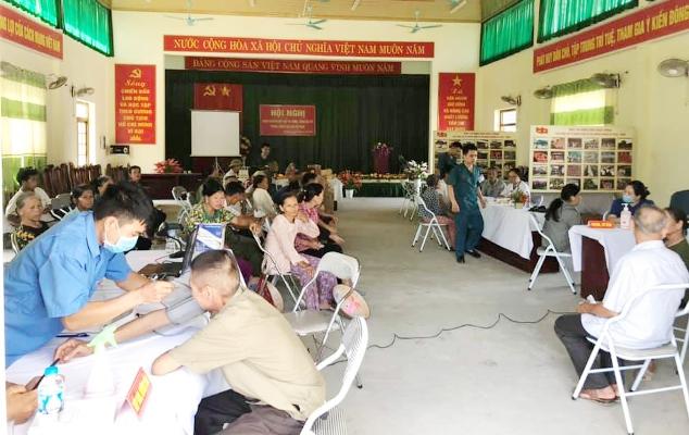 Các bác sĩ khám, chữa bệnh miễn phí tại xã Vân Nham.jpg