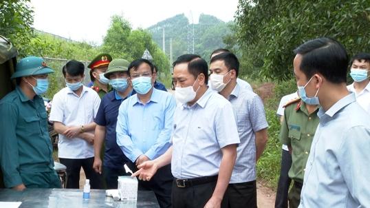 Chủ tịch UBND tỉnh kiểm tra tại chốt kiểm dịch tại xã Minh Hòa .jpg