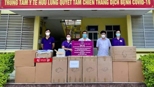 Chi hội thiện nguyện Hữu Lũng tặng trang thiết bị y tế phòng chống dịch cho TTYT huyện (1).jpg