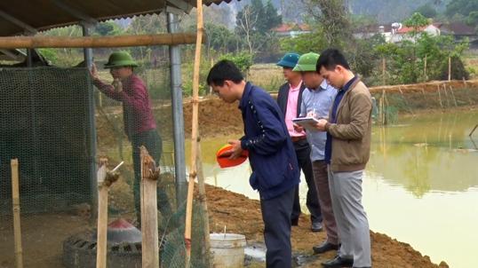 Hội đồng thẩm định huyện thẩm định chuồng nuôi vịt của gia đình chị Vi Thị Hiển xã Yên Sơn _0.jpg