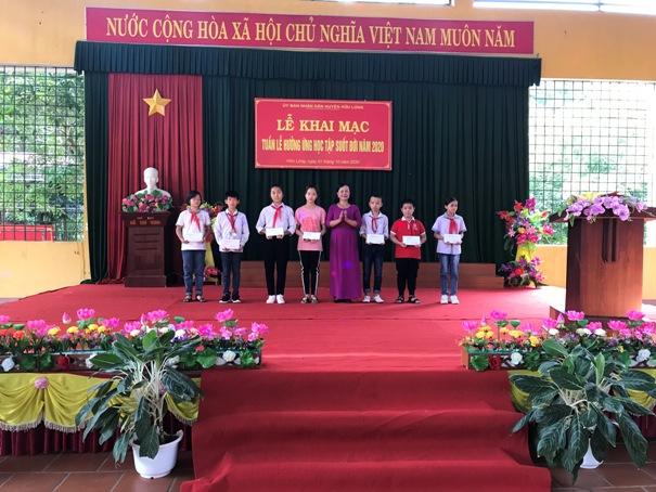 Hội khuyến học huyện trao học bổng cho các em học sinh có hoàn cảnh khó khăn tại Lễ khai mạc.jpg