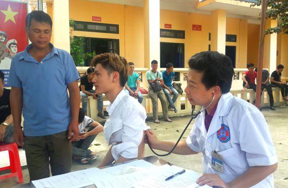 Khám sức khỏe cho quân nhân dự bị trước khi bàn giao (2) (2).jpg