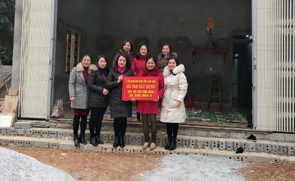 LĐLĐ tỉnh trao tiền hỗ trợ cho đoàn viên Nguyễn Thị Hà.jpg