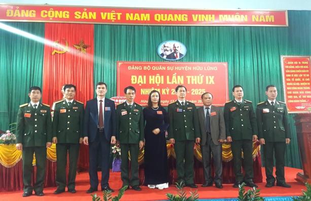 Lãnh đạo Bộ CHQS tỉnh, lãnh đạo Huyện ủy Hữu Lũng chụp ảnh lưu niệm cùng Cấp ủy khóa mới.jpg