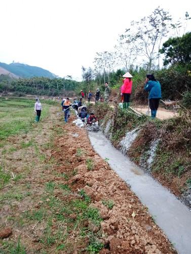 Nhân dân thôn Đồng Liên xã Hòa Sơn ra quân làm mương thủy lợi.jpg