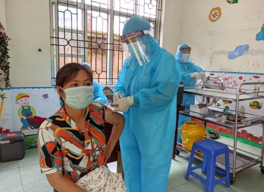 Nhân viên y tế thực hiện tiêm mũi 1 cho thành viên tổ Covid dựa vào cộng đồng.jpg