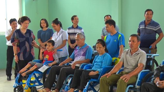 Những người khuyết tật được các tổ chức tặng xe lăn .jpg