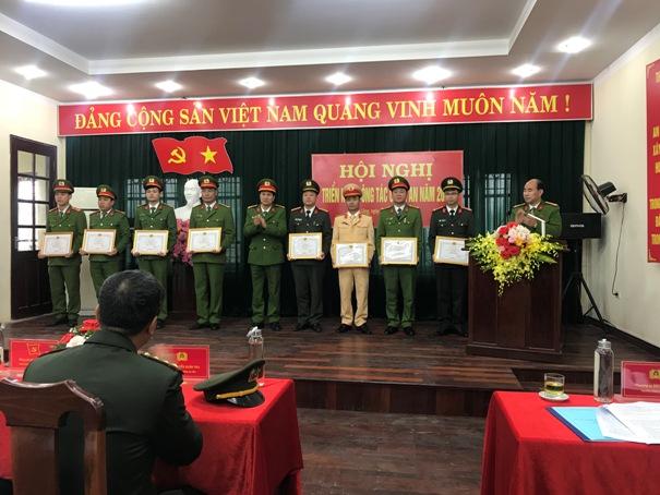 Tặng giấy khen cho các cá nhân đạt danh hiệu chiến sỹ thi đua cơ sở.jpg