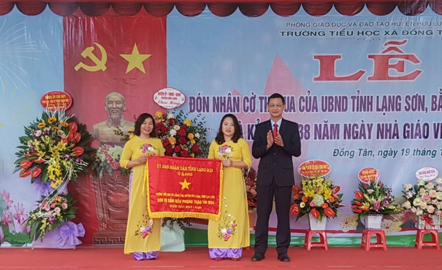 Trường TH xã Đồng Tân đón nhận cờ thi đua của UBND tỉnh .jpg