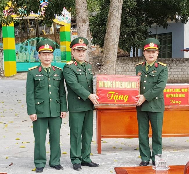 Trung tướng Nguyễn Hông Thái - Tư lệnh Quân khi 1 tặng quà cán bộ, chiến sĩ làm công tác dân vận.jpg